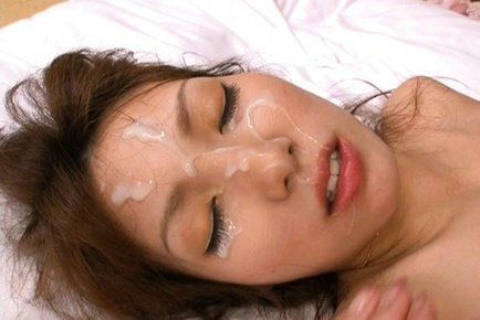 Yua Kisaki gets a cumshot facial with thick layers of cream